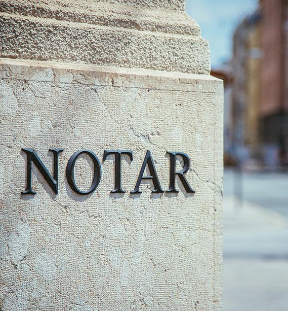 Notar Schriftzug, Metallbuchstaben auf Marmor